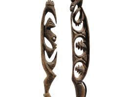 11. deux figures à crochets yipwon, rivière korewori, province de l'east sepik, papouasie-nouvelle-guinée |